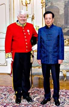 Камерхер Йорген М. Клаусен ескортира китайския посланик