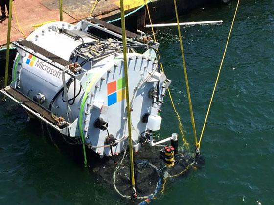 Защо Microsoft спуска центровете си за данни на дъното на океана?