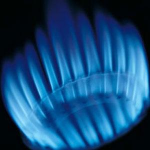 Потребителите на газ плащат по-ниски сметки, цената му паднала с 50%