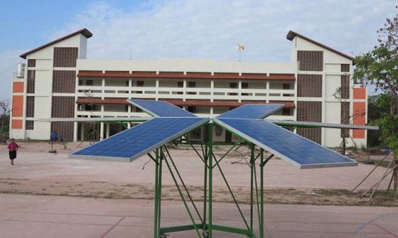"Тайландски ""соларен монах"" направи нулевоенергийно училище"